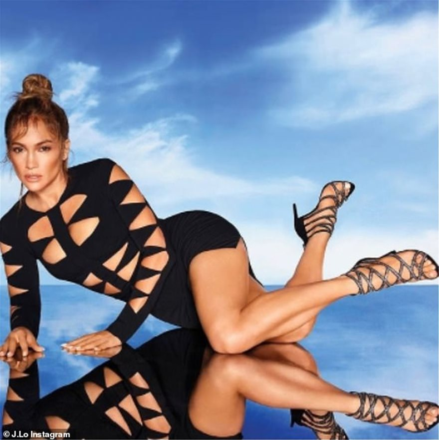 40093746-0-Wow_factor_Jennifer_Lopez_shows_off_her_stunning_physique_in_a_V-m-97_1614968332957